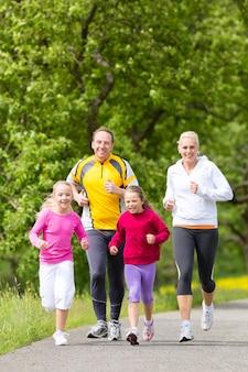 Famiglia che pareggia per lo sport all'aperto
