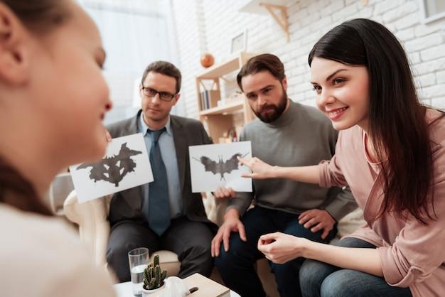 Famiglia che passa lo psicologo del test grafico