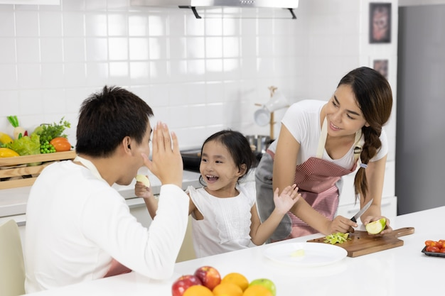 Famiglia che prepara il pasto in cucina