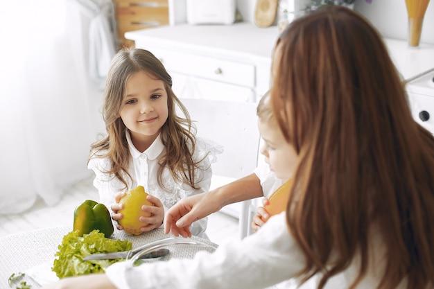 Famiglia che prepara un'insalata in una cucina