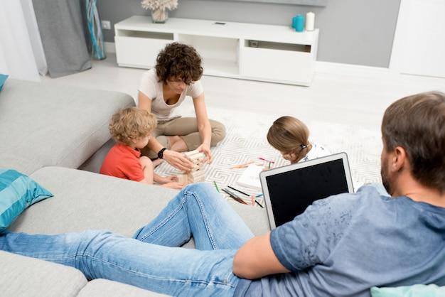 Famiglia che si rilassa a casa