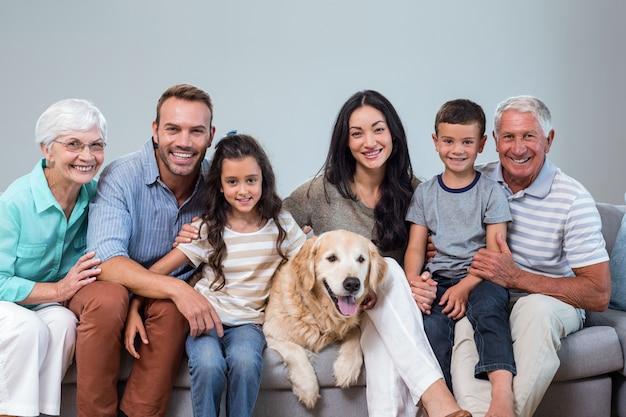 Famiglia che si siede sul divano con il cane