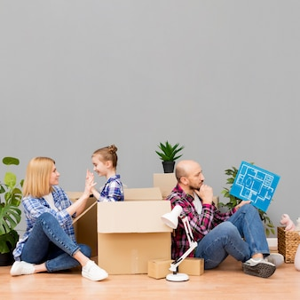 Famiglia che si trasferisce in una nuova casa