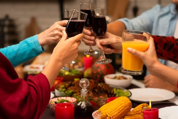 Famiglia che tosta gli occhiali sull'evento del ringraziamento