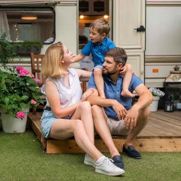 Famiglia che trascorre del tempo insieme fuori dalla roulotte