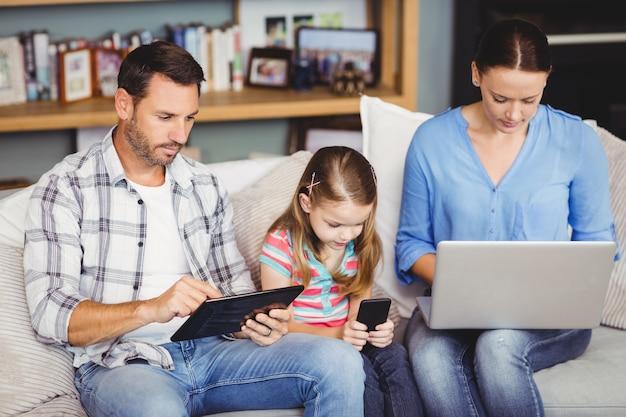 Famiglia che utilizza tecnologie moderne