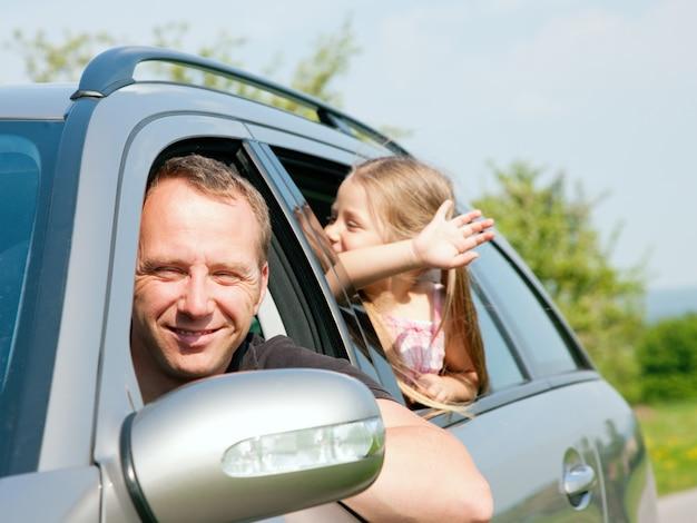 Famiglia che viaggia in auto