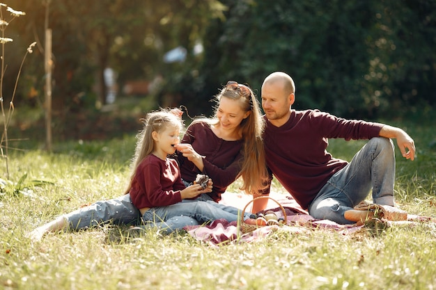 Famiglia con bambini carini in un parco in autunno