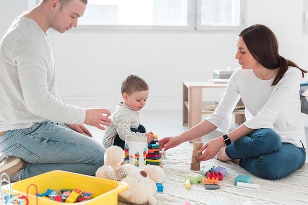 Famiglia con bambino che gioca insieme