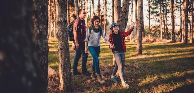 Famiglia con cane escursioni su una pineta