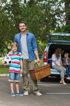 Famiglia con due bambini al picnic