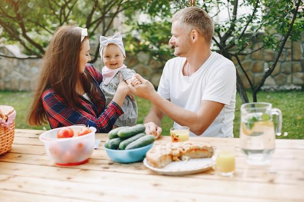 Famiglia con figlia che giocano in cortile