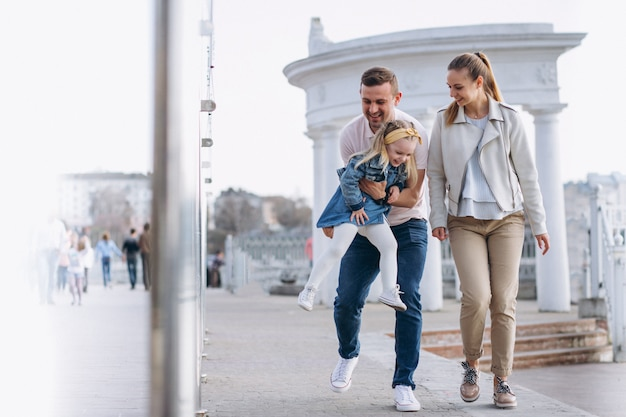 Famiglia con figlia piccola nel parco