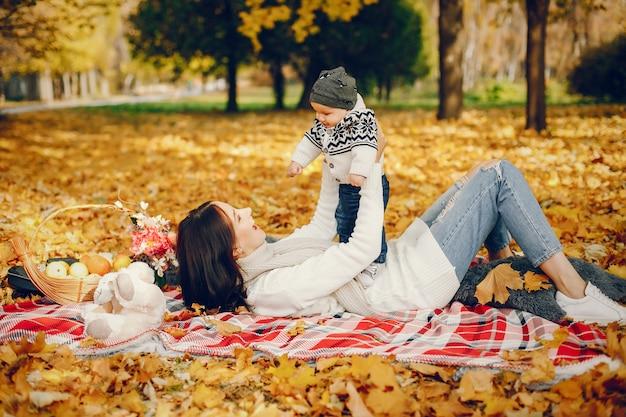 Famiglia con figlio piccolo in un parco d'autunno