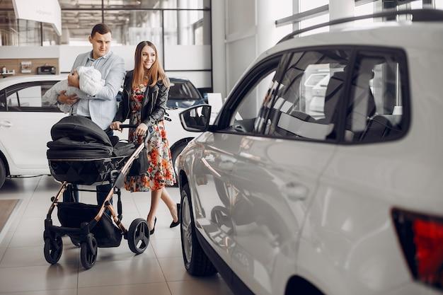 Famiglia con figlio piccolo in un salone di auto