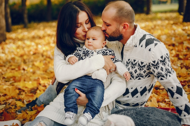 Famiglia con il figlio in un parco in autunno