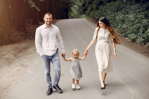 Famiglia con la figlia che gioca in un parco