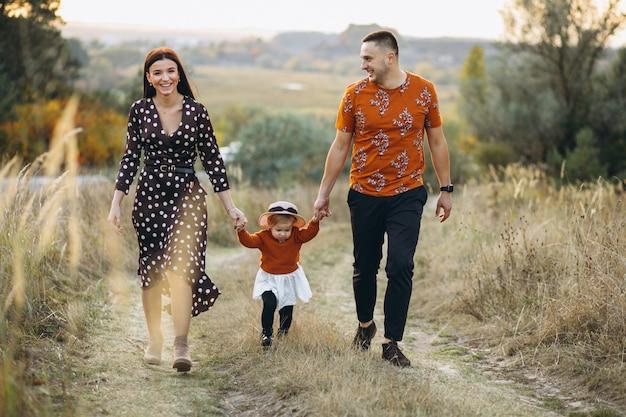 Famiglia con la loro piccola figlia in un campo di autunno