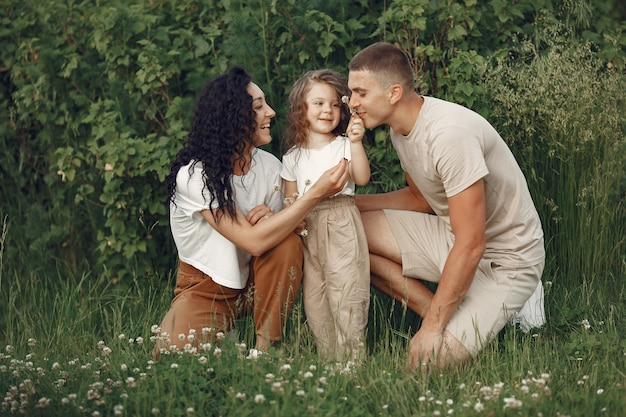 Famiglia con piccola figlia che trascorre del tempo insieme nel campo soleggiato