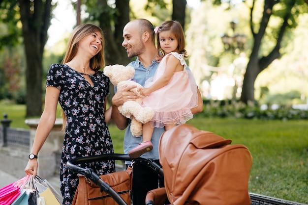 Famiglia con shopping bag in una città