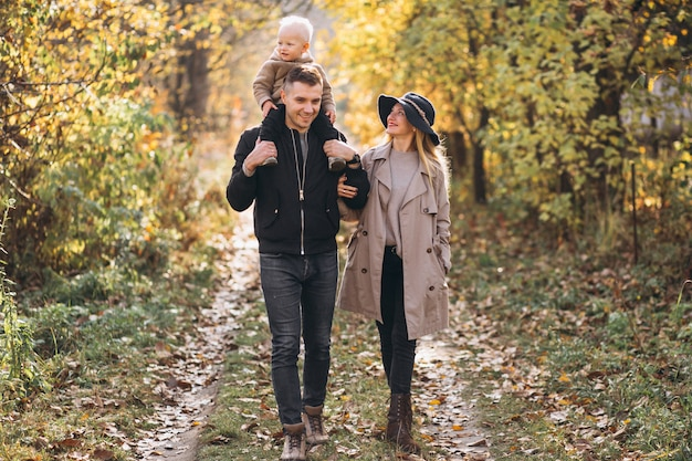 Famiglia con un figlio piccolo nel parco d'autunno