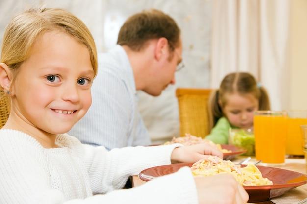 Famiglia con un pasto insieme