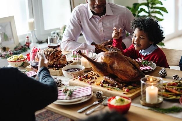 Famiglia con una cena di natale