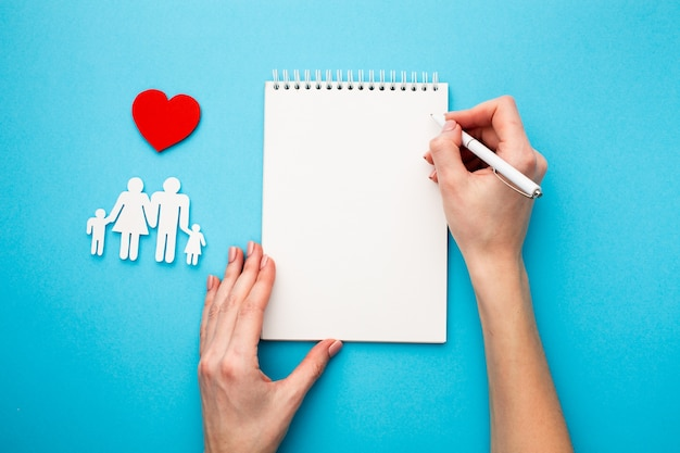 Famiglia del taglio della carta con il concetto del cuore