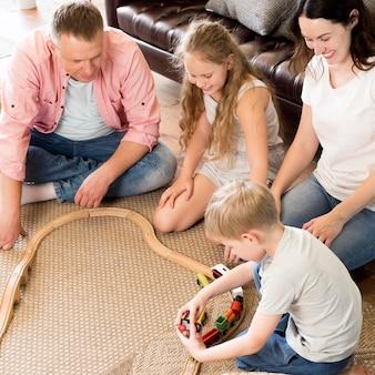Famiglia dell'angolo alto che gioca con il treno