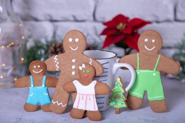 Famiglia di biscotti di panpepato con biscotto dell'albero di natale