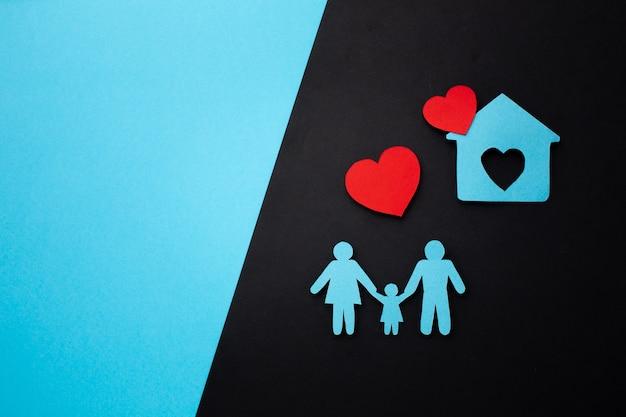 Famiglia di carta vista dall'alto con spazio di copia