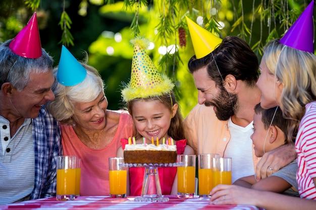 Famiglia di diverse generazioni sorridente che celebra compleanno