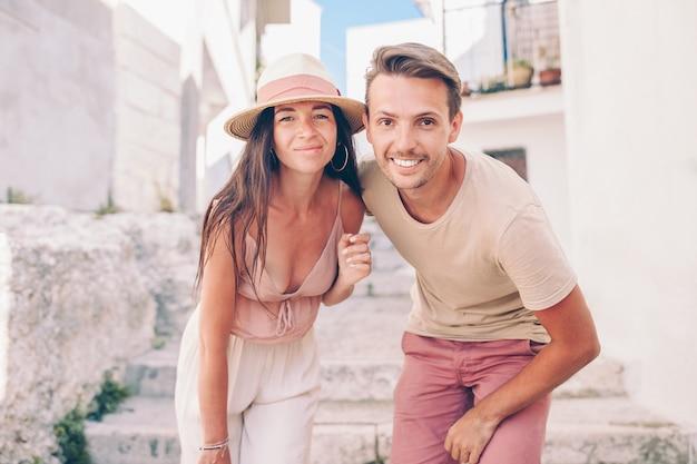 Famiglia di due persone in vacanza in europa