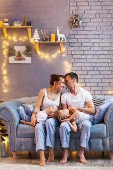 Famiglia di natale con due bambini nel bellissimo soggiorno