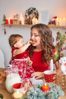 Famiglia di natale mamma e figlia. ritratto di buon natale e buone feste.