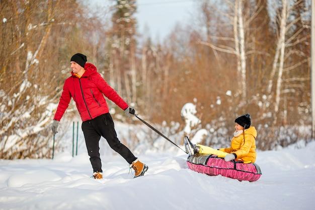 Famiglia di papà e bambini vacanza alla vigilia di natale all'aperto