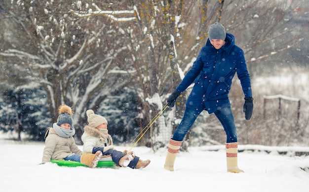 Famiglia di papà e bambini vacanza durante la stagione invernale