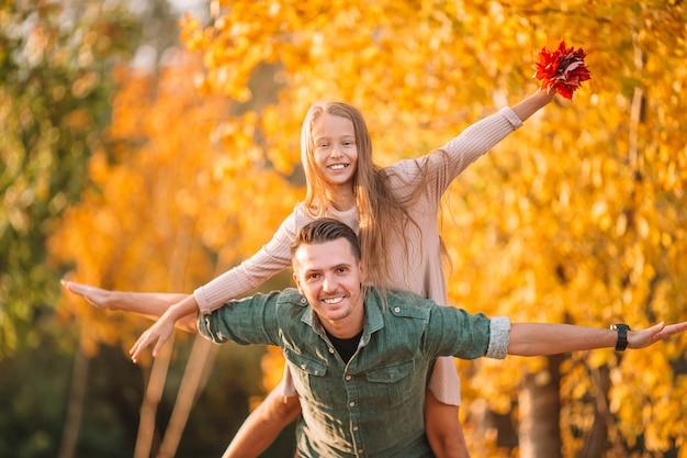 Famiglia di papà e bambino in bella giornata d'autunno nel parco