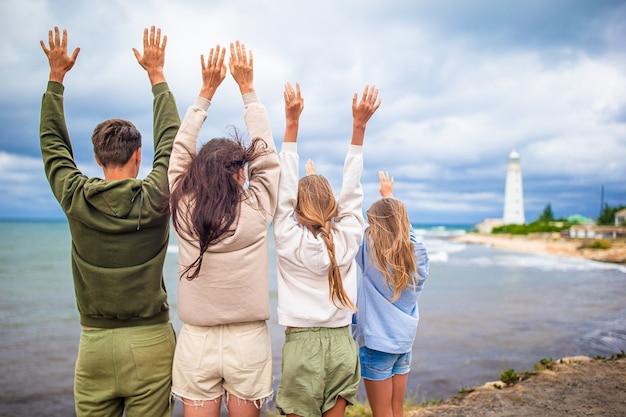 Famiglia di quattro persone a piedi dal faro