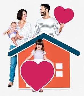 Famiglia di quattro persone in una casa amorevole