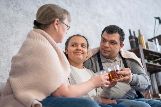Famiglia di smiley che gode del tè