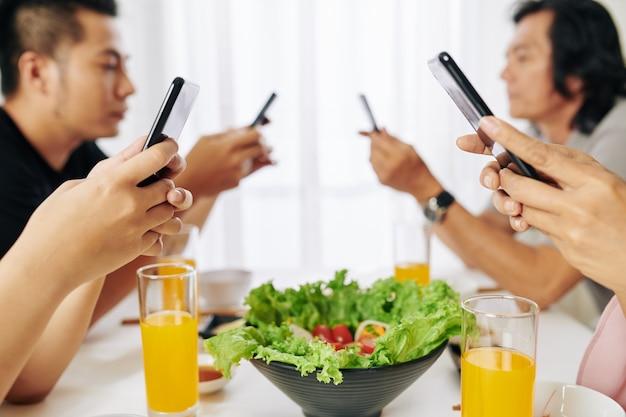 Famiglia dipendente dagli smartphone