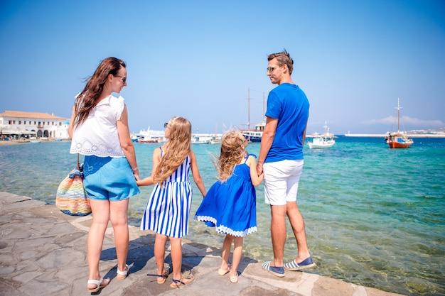 Famiglia divertendosi all'aperto per le strade di mykonos