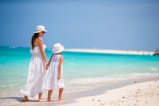 Famiglia durante la vacanza al mare in spiaggia exotis