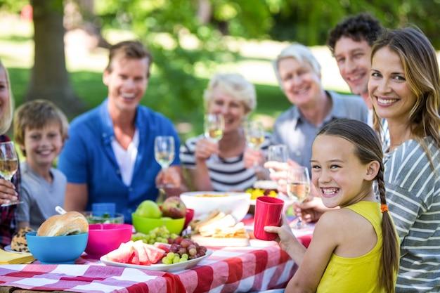 Famiglia e amici che fanno un picnic