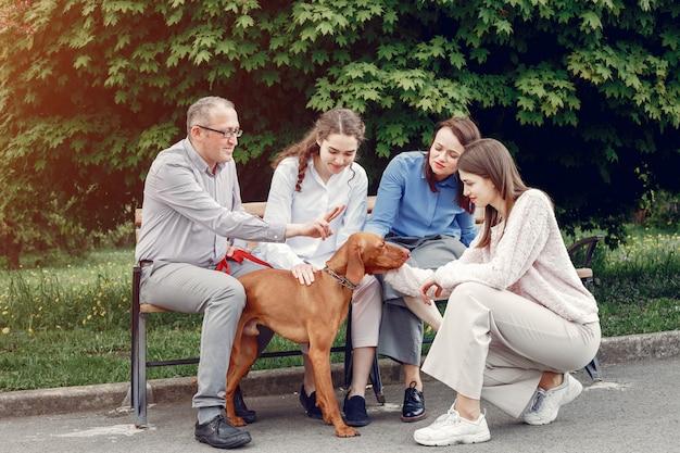 Famiglia elegante trascorrere del tempo in un parco estivo