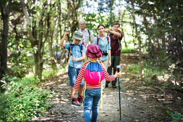 Famiglia escursioni nella foresta