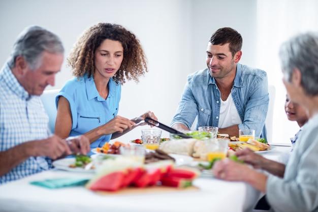 Famiglia facendo colazione insieme