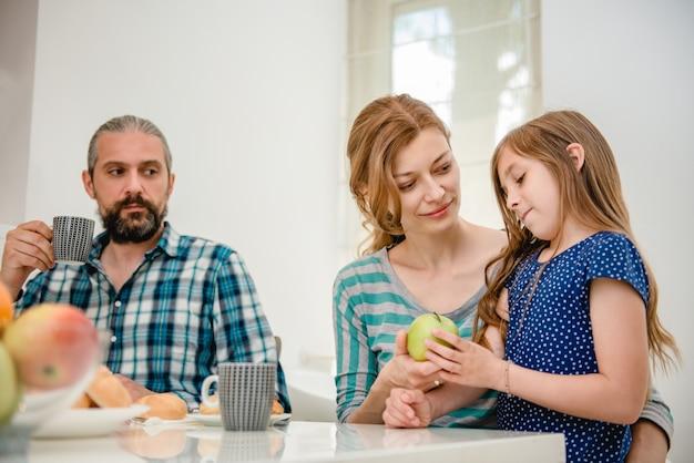 Famiglia facendo colazione