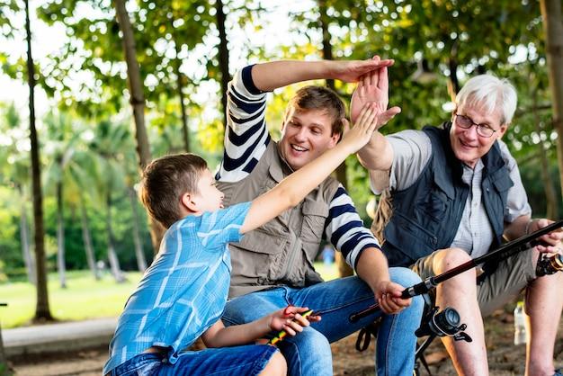 Famiglia facendo il cinque durante la pesca